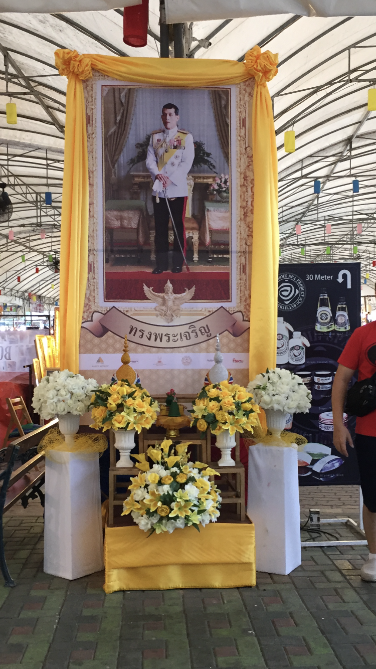 An image of the King at a Thai shopping mall